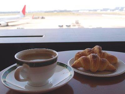 軽食(クロワッサンとコーヒー)